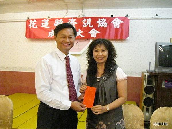 花蓮縣資訊協會成立大會會場來賓韓林梅代表致贈紅包5.JPG