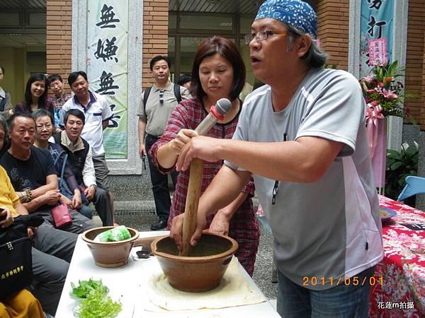 擂茶達人蔡岳維先生當場示範客家擂茶11.JPG