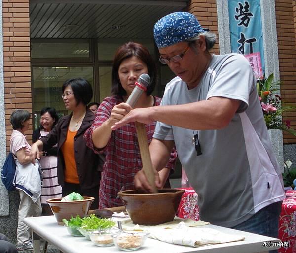 擂茶達人蔡岳維先生當場示範客家擂茶10.JPG