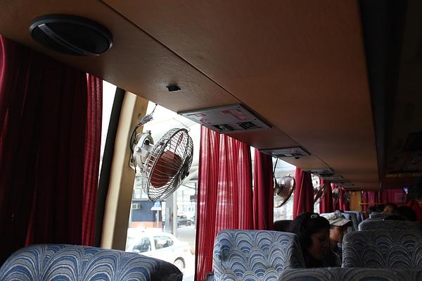 022 Shuttle Bus裡沒有冷氣,但有貼心的小小電風扇。.JPG