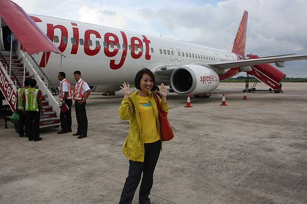 033-2 抵達瓦拉納西下飛機後,直接穿越機場到機場大樓,所以就有機會跟飛機合照一下囉(2).JPG