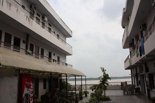 040_我們在瓦納納西住的Hotel  位於橫河河畔的Alka Hotel.JPG