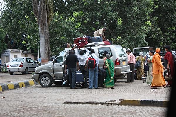 037 在印度anythings is possible….不管你有多少行李,不管你有多少人,不管車子空間有多大,一定塞得下。因為空間是存在著,就看你怎麼利用。.JPG