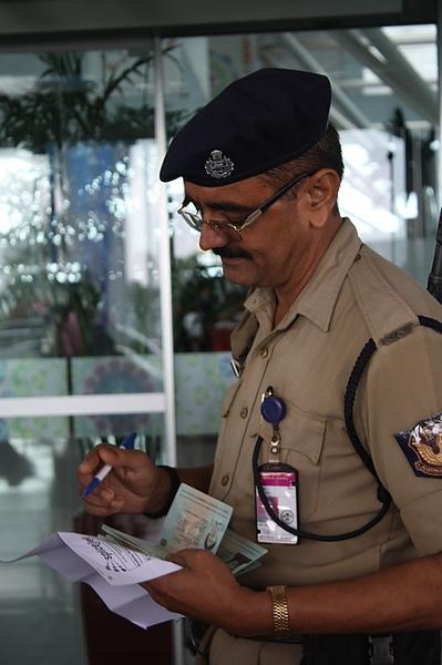 024 進到德里國內機場前,需做機票的確認.JPG