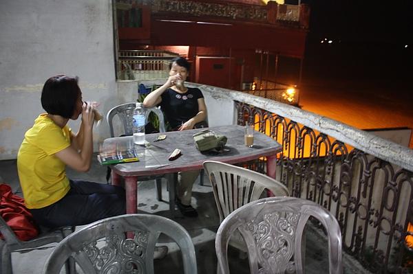 043 在瓦拉納西四天所住飯店的餐廳,就是一個大陽台,隨時可以橫河的美麗風光。在著好朋友陪伴的印度國度裡: 聽聖河,沐月光,真的很棒!.JPG