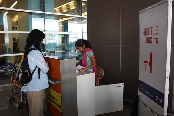 021 抵達德里機場外,轉至國內機場,有清楚的Shuttle Bus 搭乘地點指示處.JPG