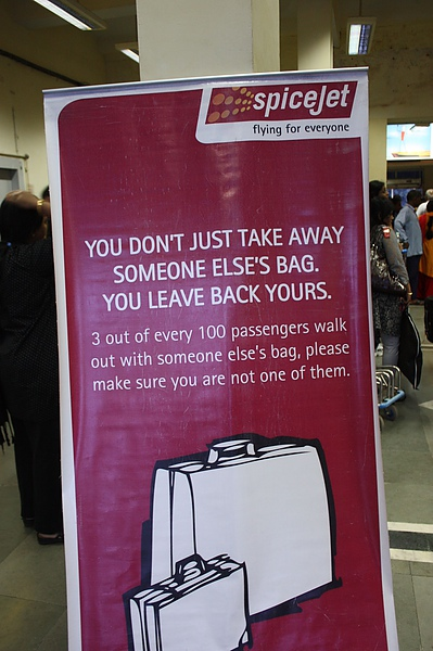 034 一踏入瓦拉納西機場就看到很明顯的標語,提醒的人門, 別拿走別人的袋子,留下自己的。因為平均每100人中,有3個人會做這檔事.JPG