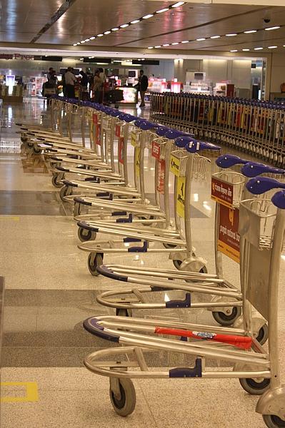 018 擺放這麼整齊的行李推車,印度一點也不亂….JPG