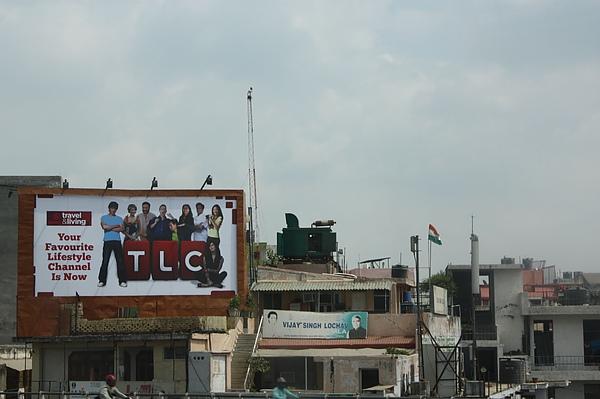 023 現代化的廣告招牌,在老舊的建築上,似乎在告訴人門,印度在改變,嶄新的印度即將到來!.JPG