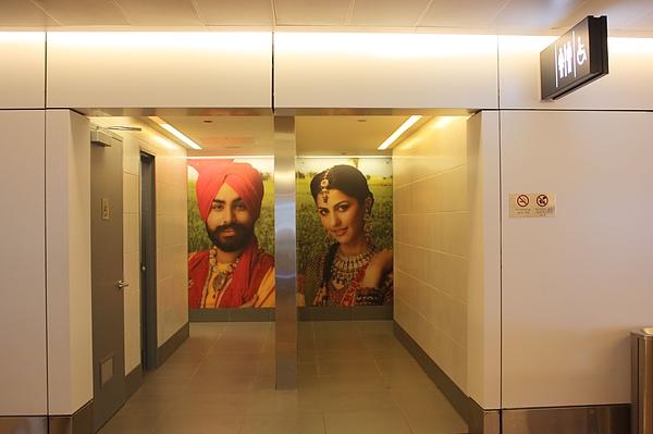 014 德里機場廁所的男女廁標示,視覺效果極佳.JPG