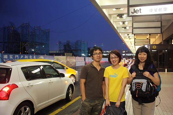 006 謝謝佛心來著的的Tipsy清晨4點半帶三個女生到機場.JPG