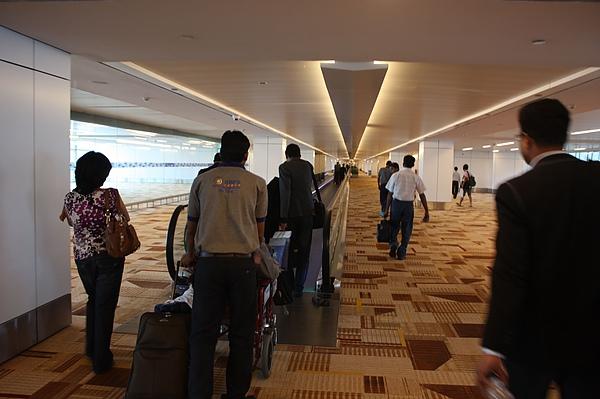 012 德里機場,媲美上海浦東機場,乾淨舒適.JPG
