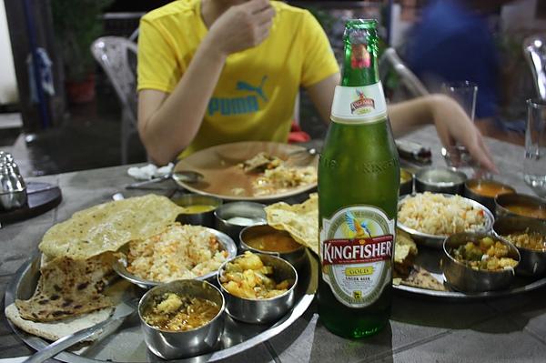 041在月光下恒河邊飽食正統印度餐Thali+正統印度啤酒(Kingfisher 唯一印度的國產酒).JPG