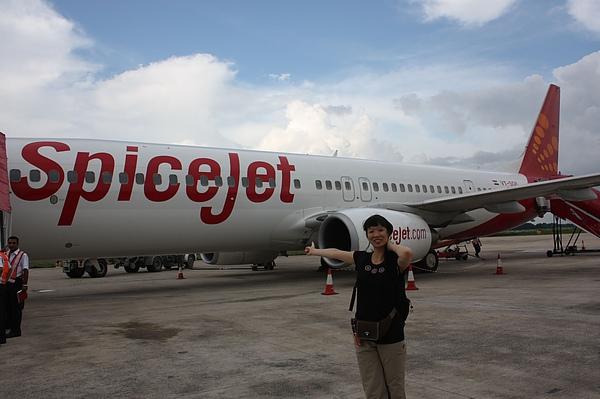 033-2 抵達瓦拉納西下飛機後,直接穿越機場到機場大樓,所以就有機會跟飛機合照一下囉(1).JPG