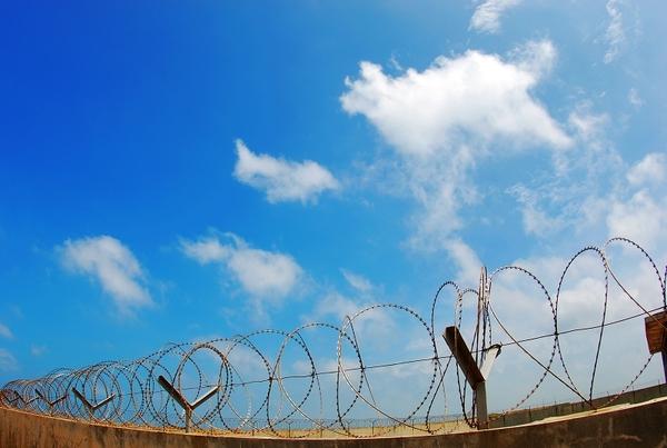 11 西嶼附近的軍營圍牆和藍天.jpg
