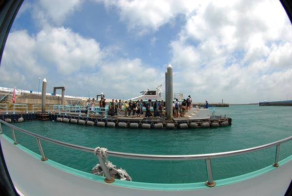 12 很多人在等船..要去吉貝.jpg