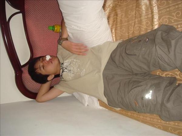 小東帥氣睡姿