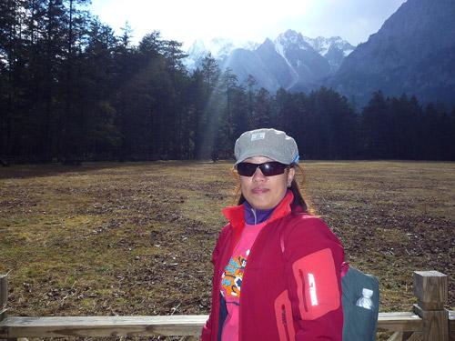 4.尋找段皇爺的旅程──昆大麗(下)_從側面看山勢陡峭的玉龍雪山,別有一番風味。.JPG