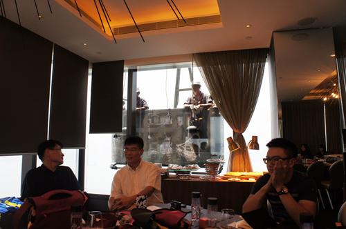 3.Mr.Rockland香港Crumpler高峰會_開會時,遇上在窗外洗窗的工人,大家打趣的說這是其他競爭品牌派來的!
