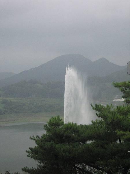 湖中噴泉.jpg