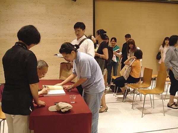簽書會:忠實粉絲帶了好幾本書來簽哩!b
