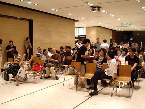 觀眾席快滿了,離正式開始時間3點也不久了