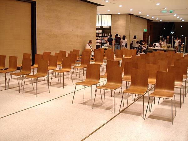 觀眾席的椅子一張張排好,時間未到,還空盪盪的