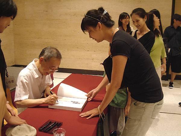 簽書會:攜家帶眷的大粉絲^^