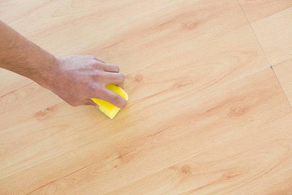 hand-with-sponge-cleaning-the-parquet-floor-at-home_13339-17352.jpg
