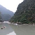 溪畔水壩前一景