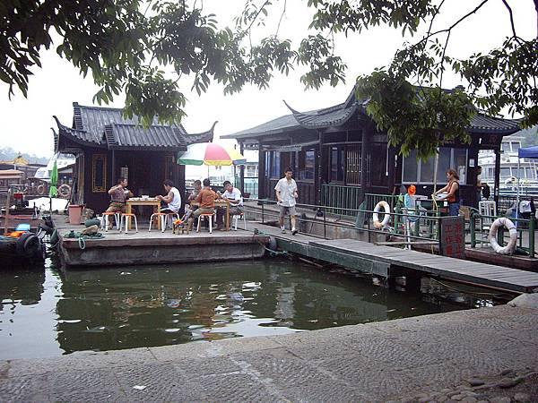 杭州西湖畔水上人家