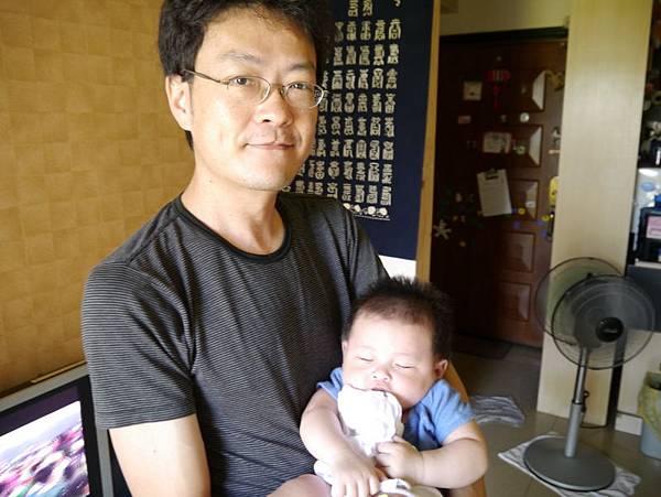 我愛爸比抱我睡覺