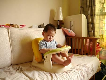 我六個月大了喔,開始坐在椅子上吃東西了