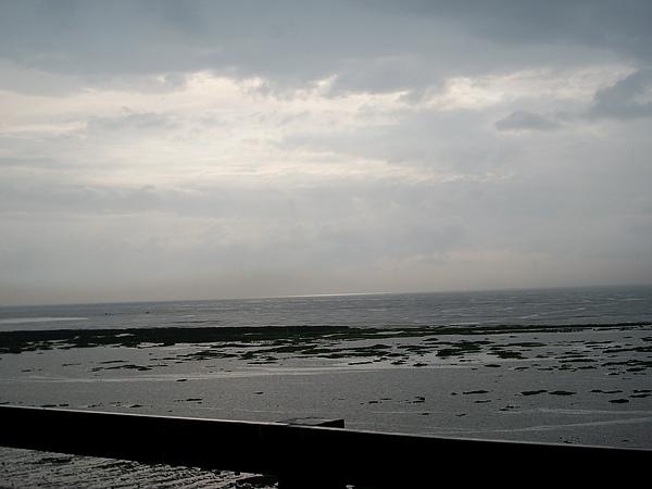 下大雨,但仍然看到天邊海平面有一道光