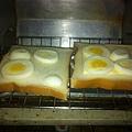 用切蛋器切開來的水煮蛋