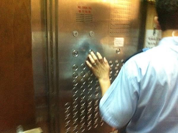 這是貨梯,面版超多樓層的