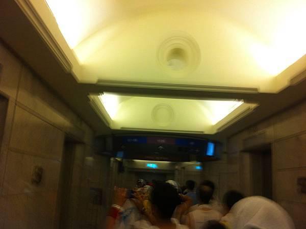 到 59 樓的轉運站再轉一次電梯
