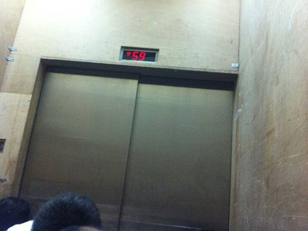 10秒不到電梯就從 90 秒衝到 59 樓了