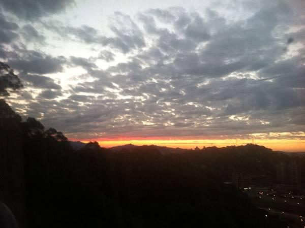 隨著纜車越走越高,夕陽也越來越寬廣
