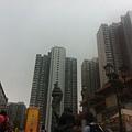 旁邊的「黃大仙上邨」大廈,超高的