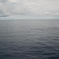 船幾乎不會晃,風平浪靜還不時看到飛魚在海上飛翔