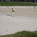 沙灘排球場玩沙的小孩子