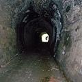已經走的很深了,往回拍前面兩個隧道已經很遠了