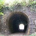 走到第一和第二個隧道中間了