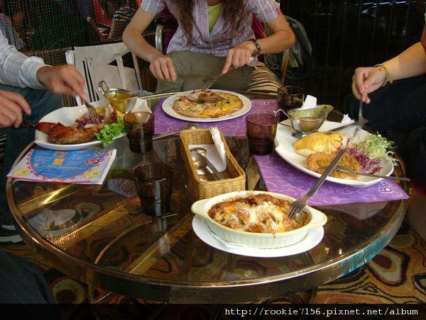 整桌子的餐