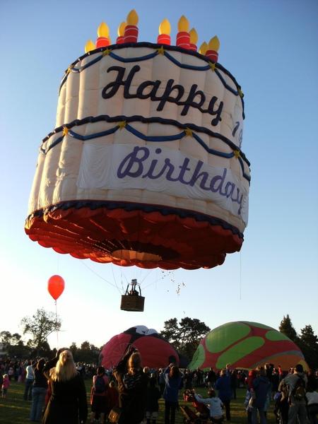 10週年的生日蛋糕起飛囉!!其他的氣球也會追隨著他飛向遙遠的另一方.JPG