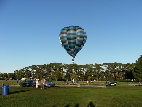 這個氣球因為有點問題~所以是最後一個起飛的~起飛時大家都鼓掌~不曉得算不算是另類行銷.JPG