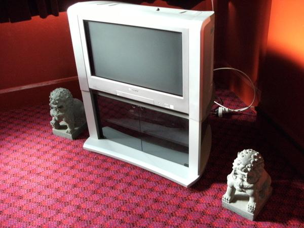 TV ROOM中的電視不曉得為什麼要放石獅...鎮邪嗎= =.JPG