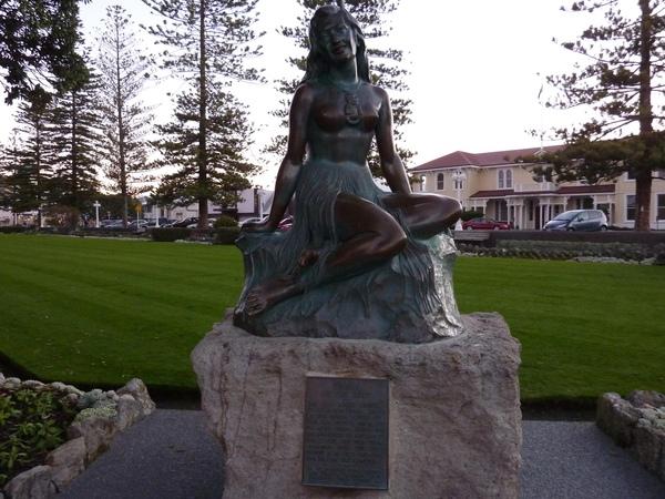 不知誰說的摸了裸女雕像的胸部會帶來好運~我當然是也要來求個好運一下.jpg