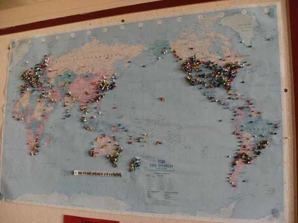 在牆上的世界地圖釘滿了小小的圖釘~不用說台灣已經被擠爆了.JPG